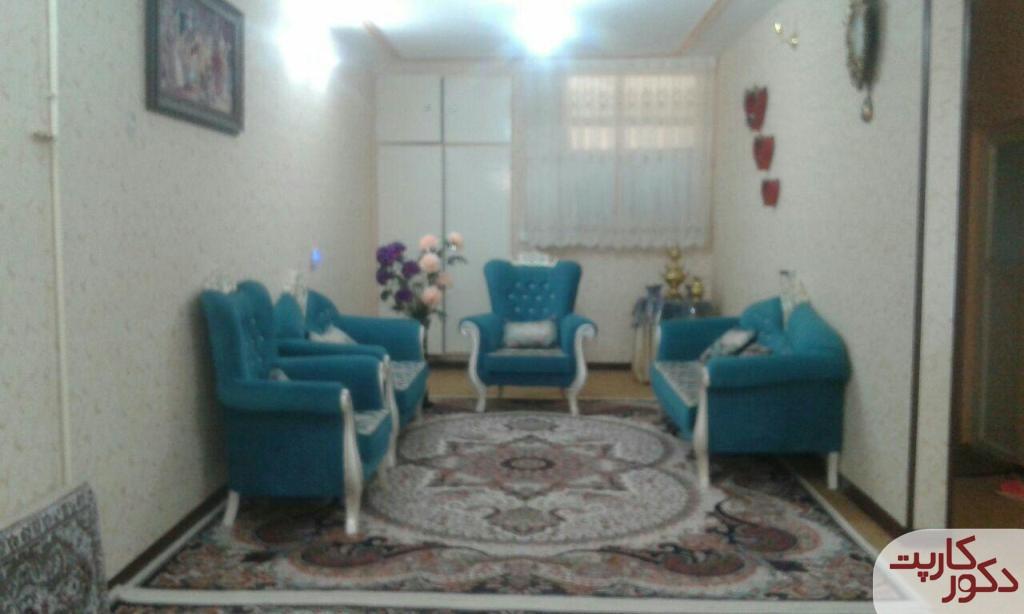 نمای فرش چیچک کرم در کنار مبلمان آبی رنگ