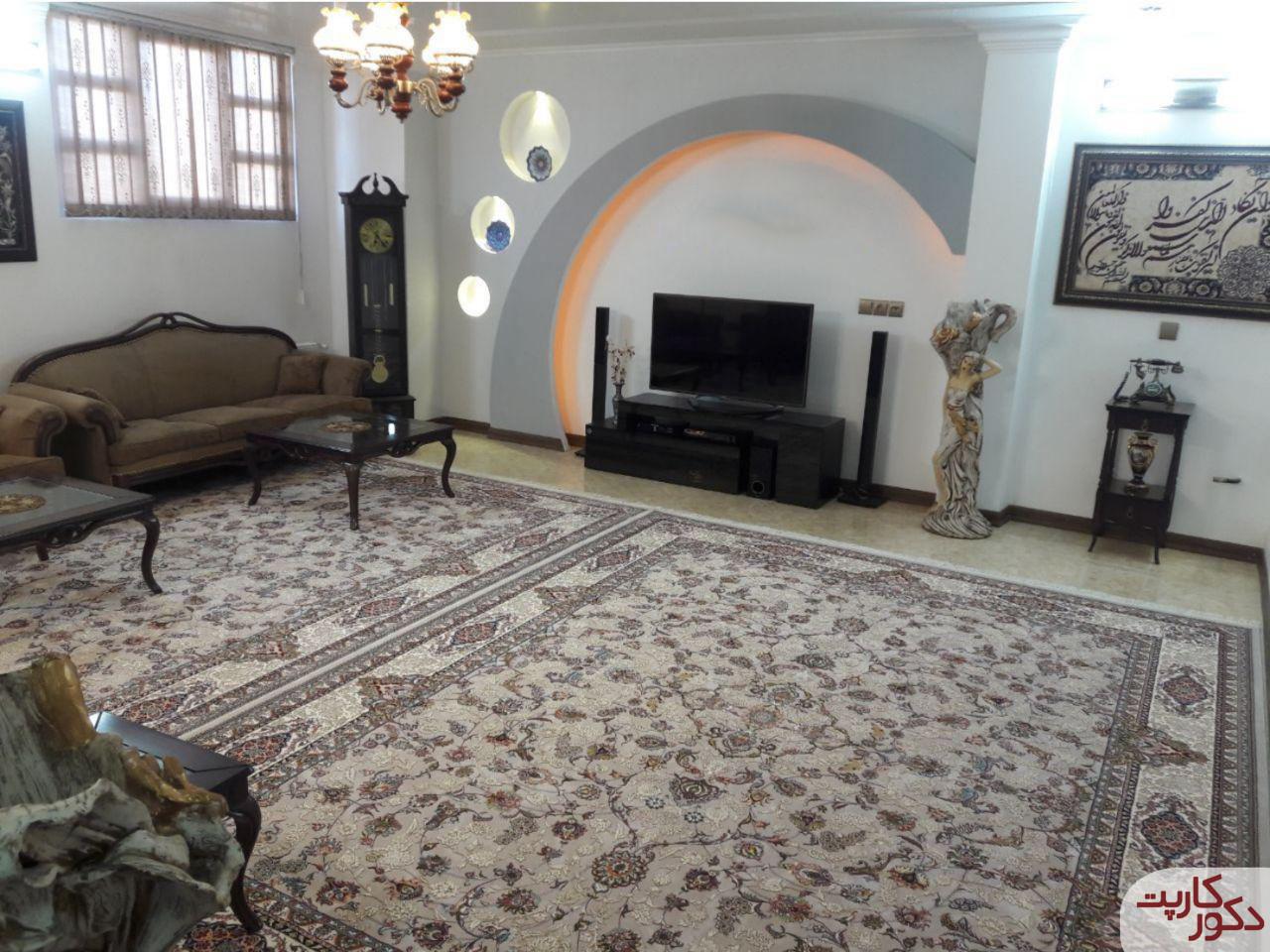 نمای فرش هایبالک طرح افشان فیلی در کنار مبلمان قهوه ای