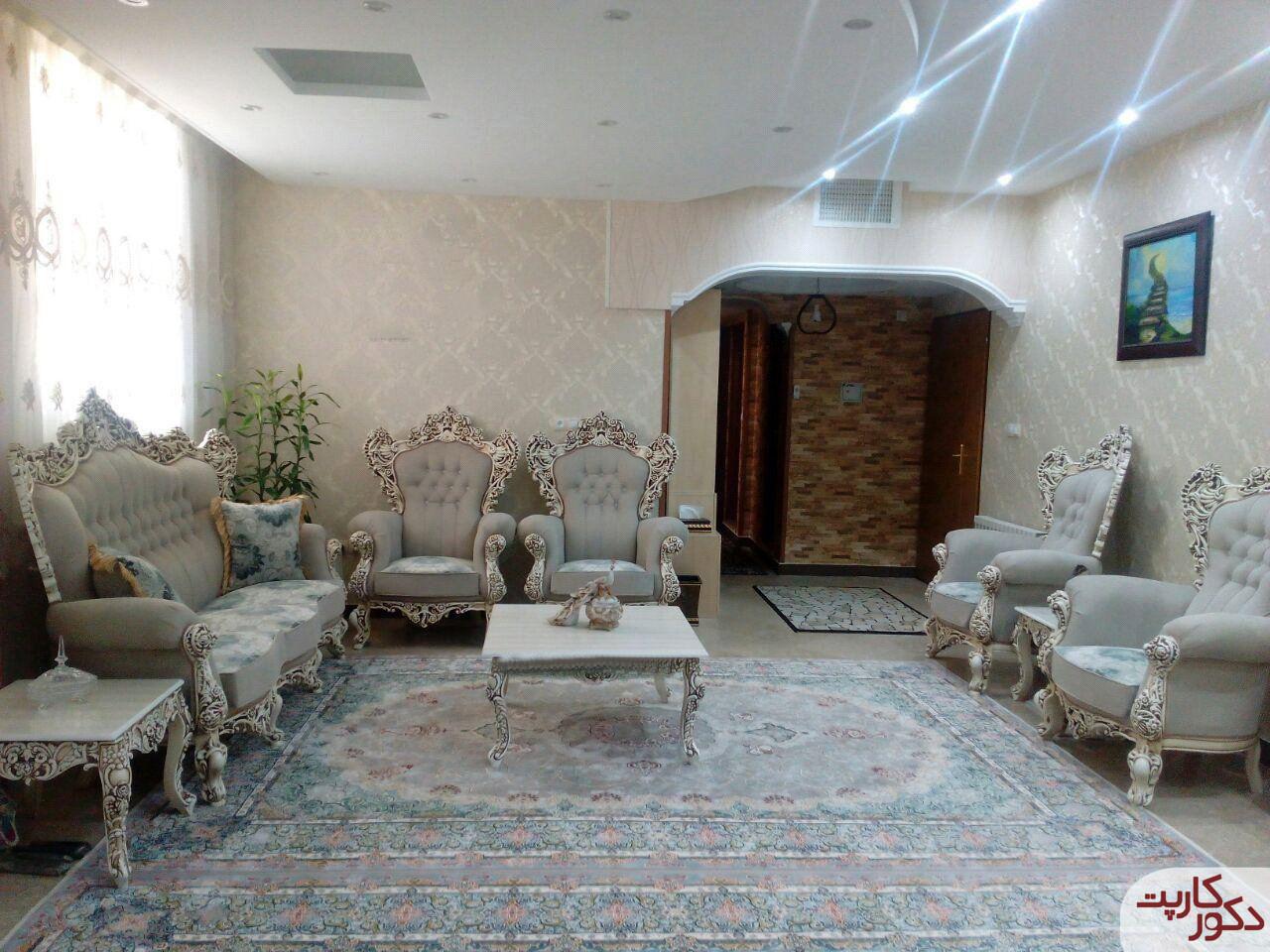 نمای فرش ۱۰۰۰ شانه هایبالک طرح مها فیلی در کنار مبلمان همرنگ فرش