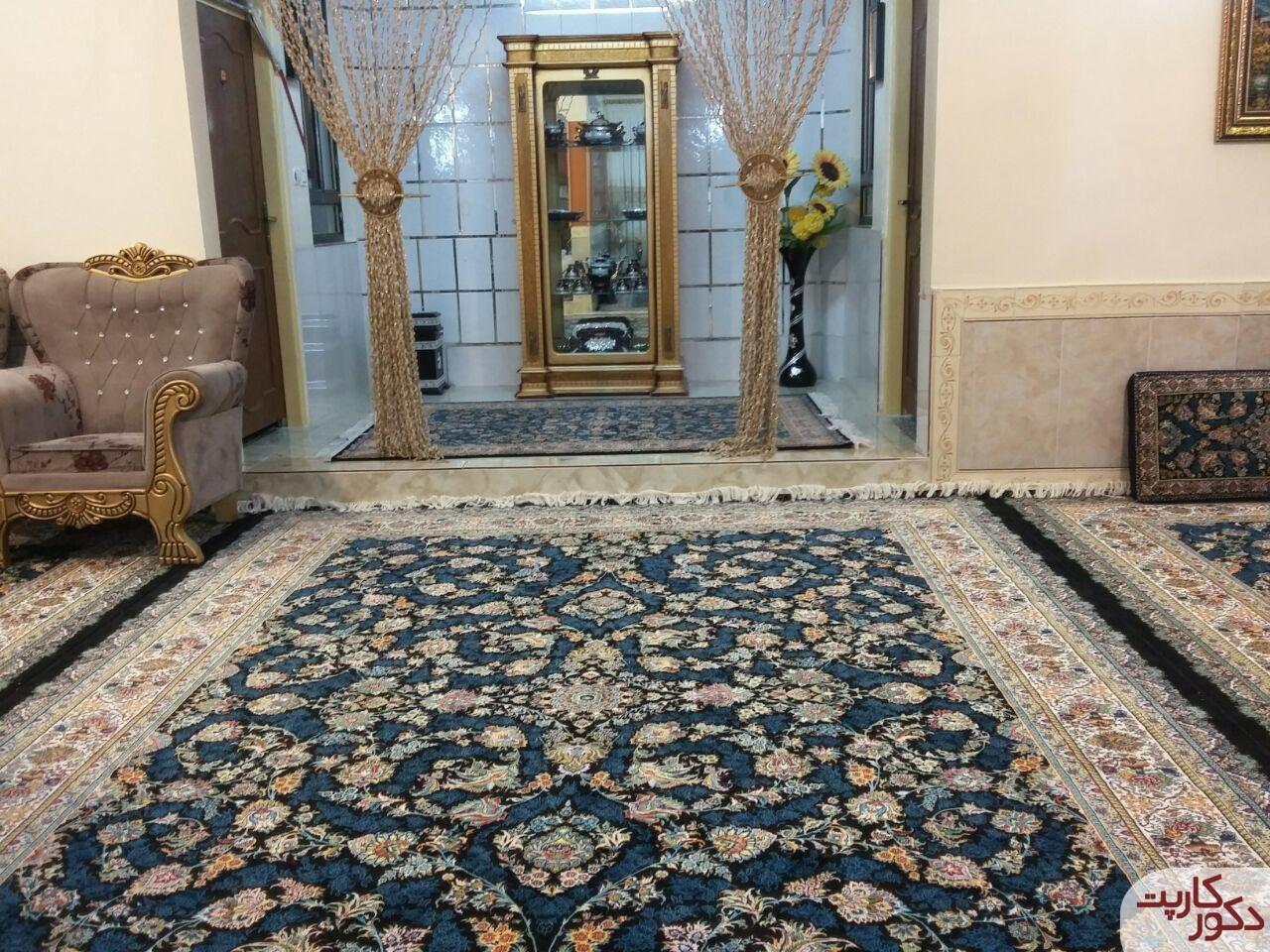 به کار بردن فرش و قالیچه و پشتی طرح رز افشان سرمه ای در یک دکوراسیون