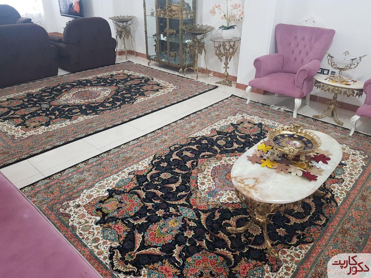 دکوراسیون سالن پذیرایی با فرش صبا سرمه ای و مبلمان یاسی