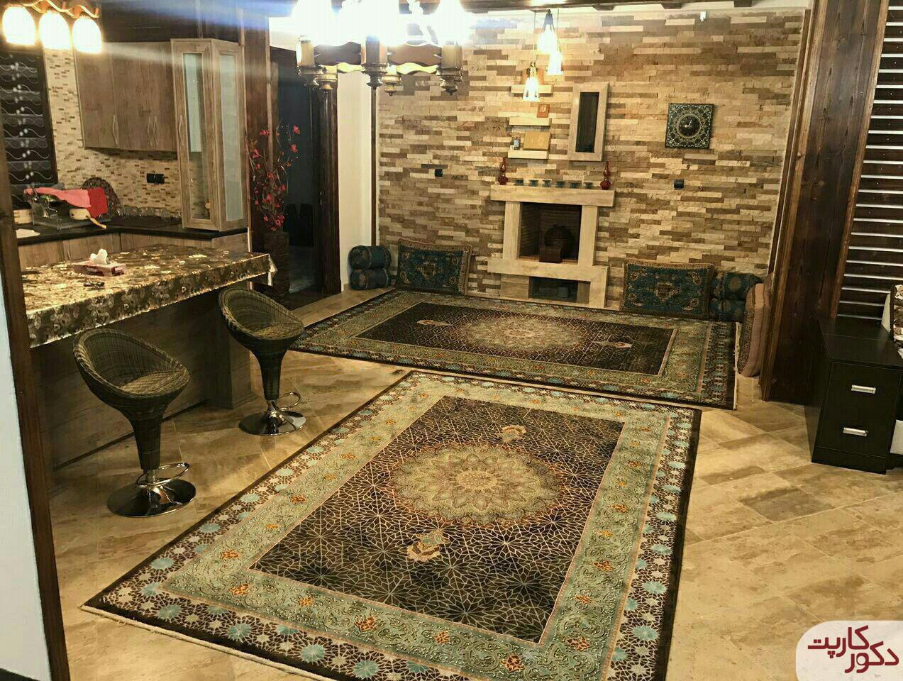 نمای فرش ستاره قهوه ای در کنار سایر وسایل قهوه ای رنگ